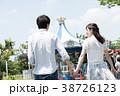 遊園地で遊ぶカップル 38726123