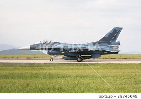 福岡県築城基地の誘導路を地上滑走する航空自衛隊のF-2A支援戦闘機 38745049