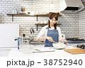 キッチン 女性 料理の写真 38752940