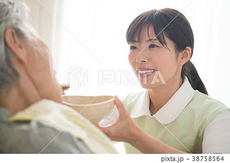 食事介助 シニア女性と介護福祉士 38758564