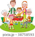 バーベキューを楽しむ二世帯家族 38758593