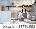 カフェ  キッチン 働く若い女性  38761668