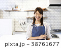 カフェ  キッチン 働く若い女性  38761677