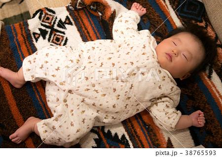 大の字で寝ている赤ちゃん 38765593