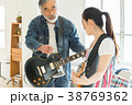 ギターでセッションする男女 38769362