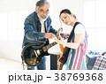 ギターでセッションする男女 38769368