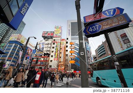 日本の東京都市景観 東京・秋葉原の人混み=3月3日午後(土曜日)撮影 38771116