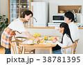 若い家族(朝食) 38781395