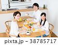 若い家族 38785717
