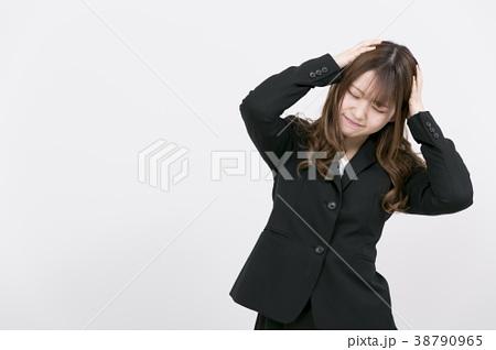 悩むスーツの女性 38790965