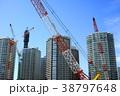 建設現場のクレーンと高層マンション群と青空 38797648