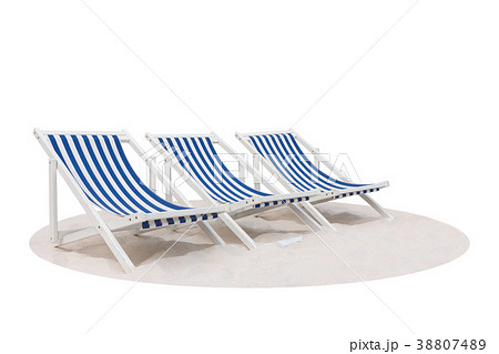 blue and white striped beach chair on the sand の写真素材 38807489