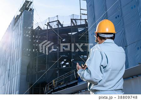 工事現場でタブレットを見て指示を出す作業員 現場監督 38809748