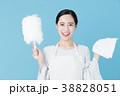 掃除をする女性 ブルーバックイメージ 38828051