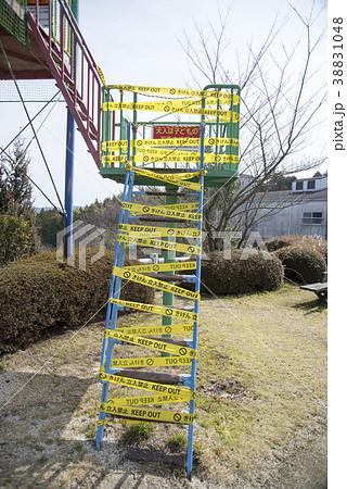 使用禁止になった公園の遊具 立ち入り禁止のすべり台の階段 38831048