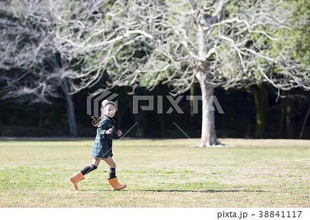 長靴で走る女の子 38841117