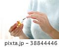 キューティクルオイルを塗る女性 38844446