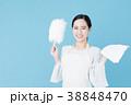 掃除をする女性 ブルーバックイメージ 38848470