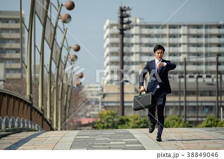 ビジネスマン 走る 青空 ビジネス イメージ 38849046