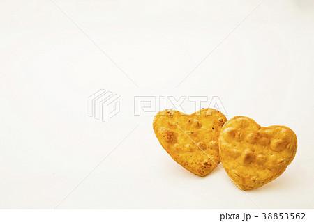 可愛いハート型の醤油煎餅 おかき 38853562