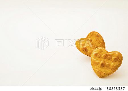 可愛いハート型の醤油煎餅 おかき 38853587