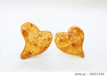 可愛いハート型の醤油煎餅 おかき 38853590