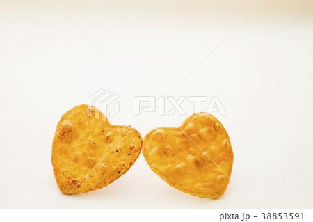可愛いハート型の醤油煎餅 おかき 38853591
