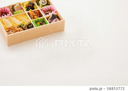 栄養バランスよい日本の彩り弁当 38853772