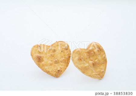 可愛いハート型の塩煎餅 おかき 38853830