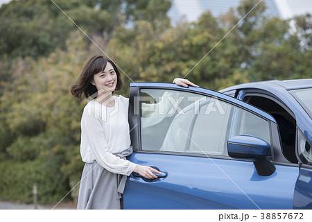 若い女性 車 ポートレート 38857672