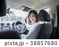 女性 若い 車の写真 38857680