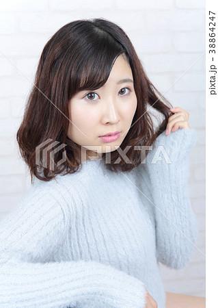 若い女性 ヘアスタイル 38864247