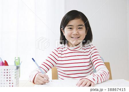 勉強する小学生女の子  38867415