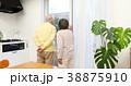 外を見るシニア夫婦 38875910