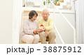 家の模型を持つシニアカップル 38875912