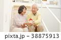 家の模型を持つシニアカップル 38875913