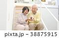 家の模型を持つシニアカップル 38875915