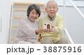 家の模型を持つシニアカップル 38875916