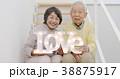 LOVEを持つシニアカップル 38875917