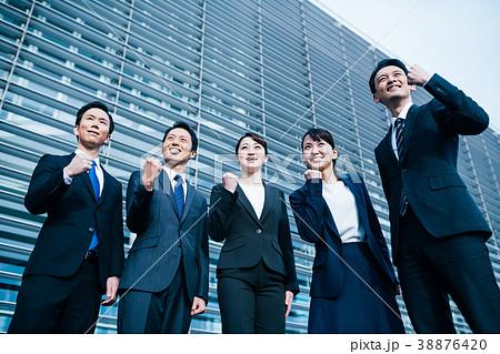 ビジネス スーツの男女  38876420