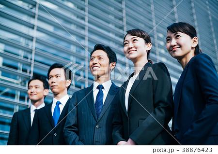 ビジネス スーツの男女  38876423