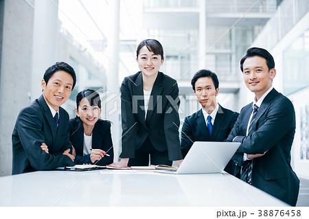 ビジネス スーツの男女  38876458