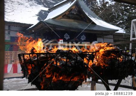 雪に煙る中尊寺 護摩焚き 38881239