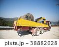 電線用木製ドラムを積んだ建設現場のトラック 38882628