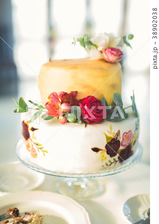 Luxury decorated wedding cake on the table 38902038