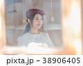 女性 カフェ ウェイトレスの写真 38906405