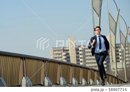 ビジネスマン 走る 青空 ビジネス イメージ 38907714