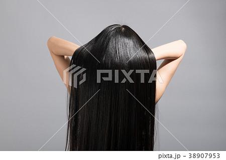 ロングヘア ストレートヘア 若い女性 後ろ姿 38907953