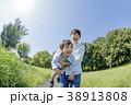 公園で遊ぶ父親と息子 38913808
