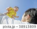 公園で遊ぶ父親と息子 38913809
